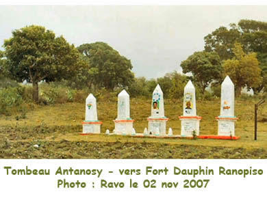 Antanosy Tombs, Photo Ravo.Madagascar, Travel and Trip, The South of Madagascar, a website of Ravo.Madagascar, webmaster of Christian thought